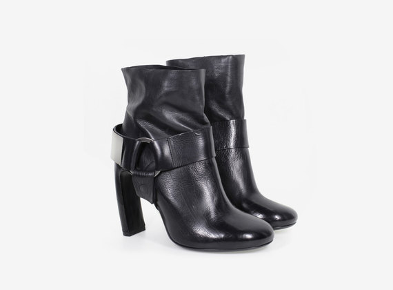 Low ankle boot with metal details