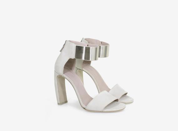 Sandalo in nabuk con fascione metallico