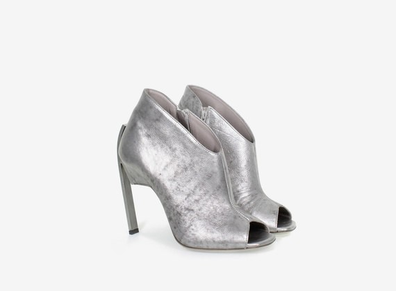Open toe shoe with steel heel