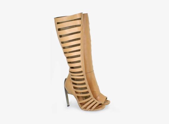 Offene Stiefel mit asymmetrischem Design und Reißverschluss innen