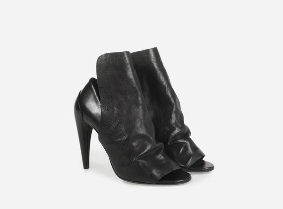 Chaussure à bout ouvert avec large rabat couvrant