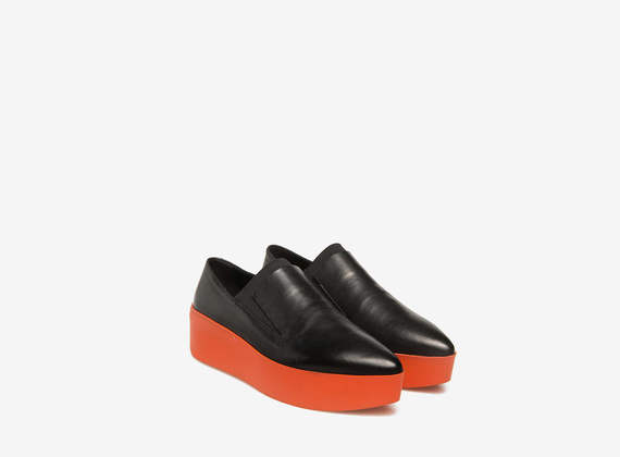 Schwarze Slipper mit Sohle in Orange