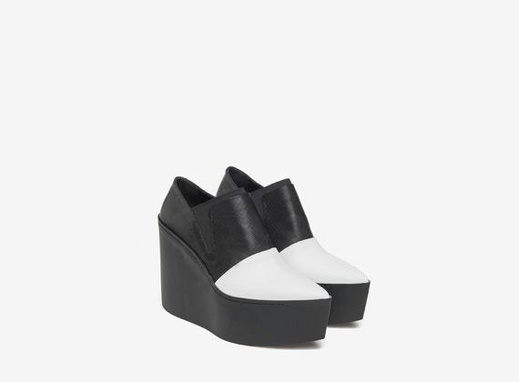 Schwarz-weiße Slipper mit Maxi-Plateausohle