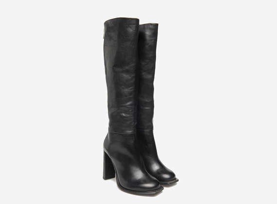 Metal toed boots