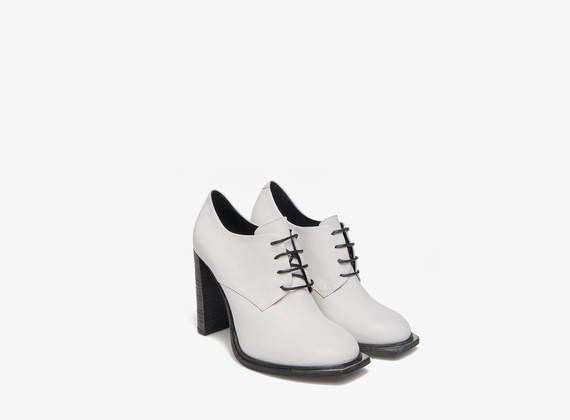 White metal capped lace-up shoes