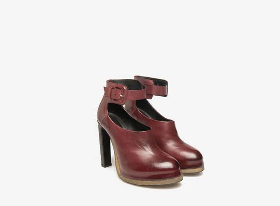 Strappy décolleté shoes