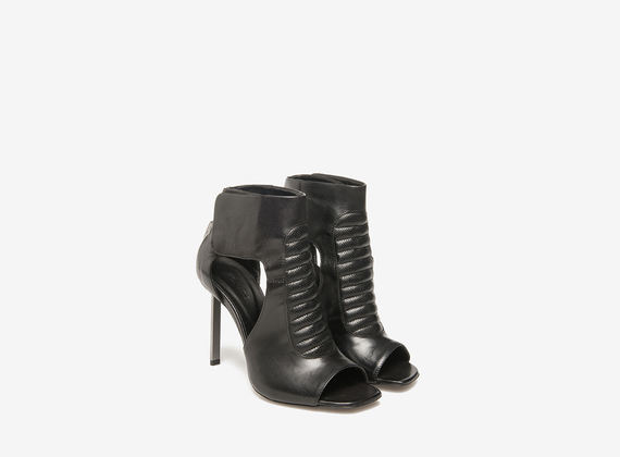 Sandalo con imbottiture su tacco metallico