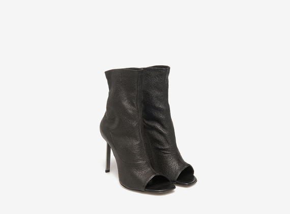 Wrinkled leather ankle boot with steel heels