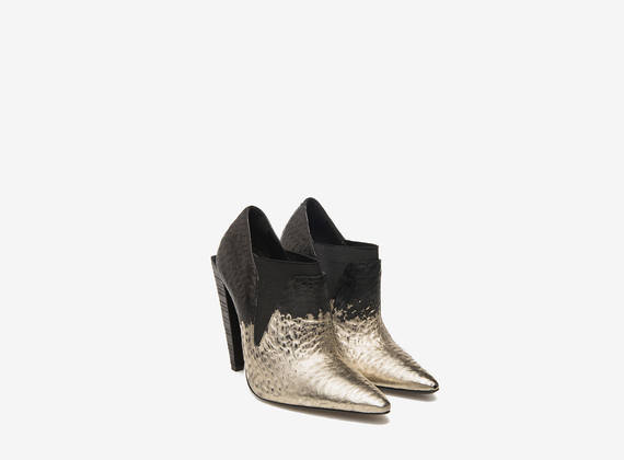 Metallic slippers on pyramid heels