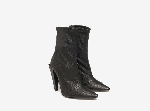 Stretch leather ankle boots on pyramid heels