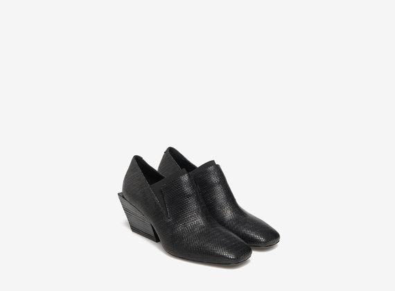 Elastischer Schuh aus bedrucktem Leder
