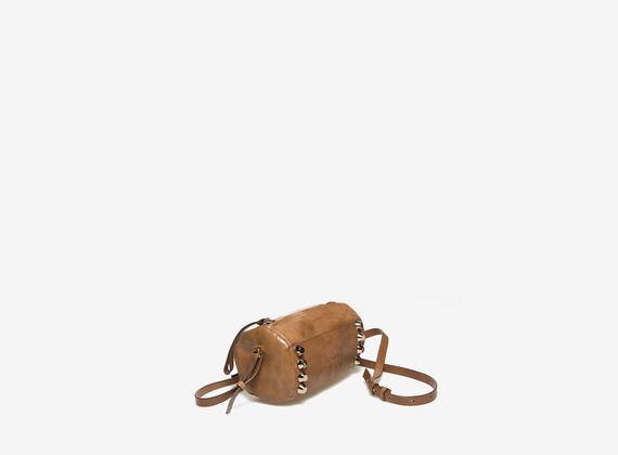 Mini bag cilindrica color cognac con borchie