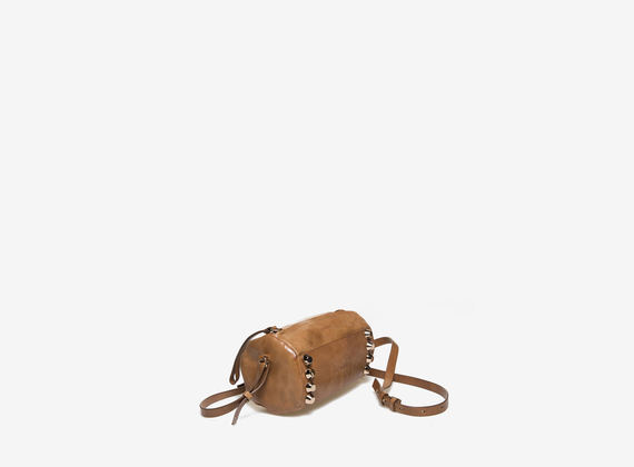 Mini bag cilindrica color cognac con borchie