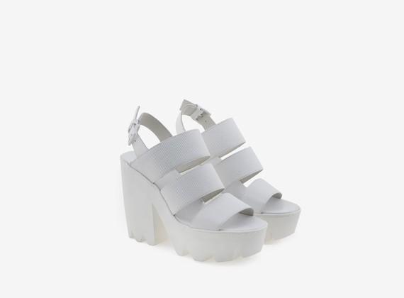 Sandale mit drei Riemen aus gummiertem Leder