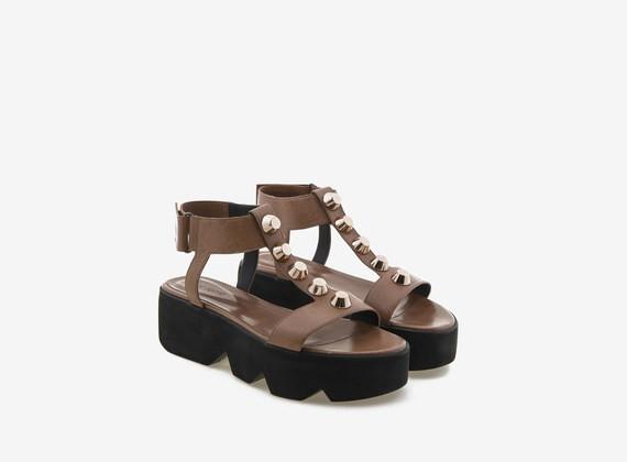 Sandalo color cuoio con maxi borchie e carrarmato