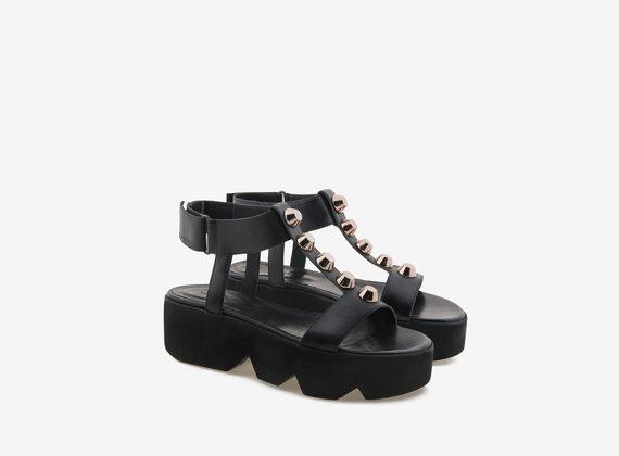Sandalo nero con maxi borchie e carrarmato