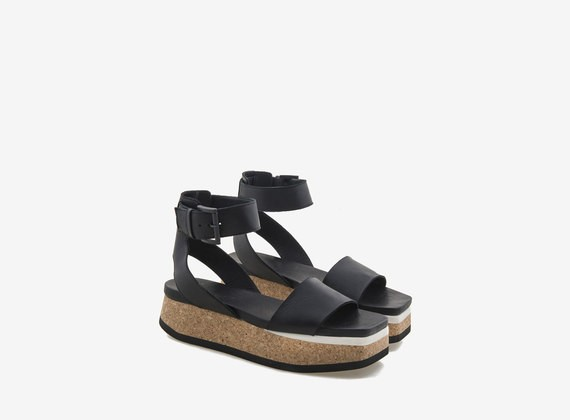 Flatform-Sandale aus Kork und schwarzem Leder