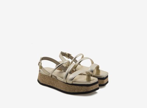 Flatform-Sandale aus Kork mit röhrenförmigen Riemen - Metallic Platin