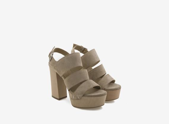 Sandales en bois avec tige à trois bandes en croûte de cuir