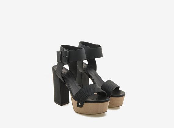Sandalo in legno con tacco ricoperto e fasce gommate