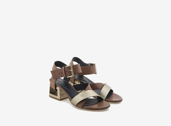 Sandalo bicolore con tacco forato effetto acciaio