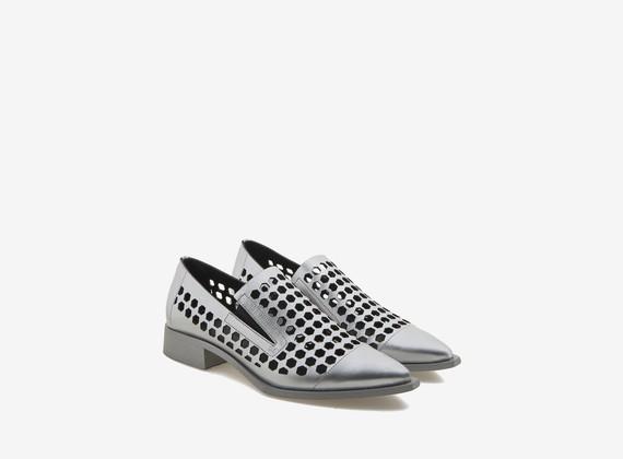 Schuhe aus gewalztem Leder mit sechseckigen Ausstanzungen