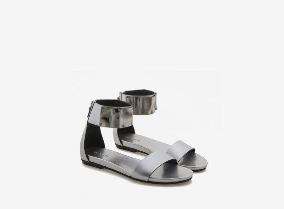 Sandale aus silberfarbenem Leder mit Knöchelriemen