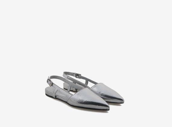 Spitzer Chanel-Schuh aus silberfarbenem Leder
