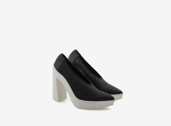Chaussures à bout ouvert avec tressage élastique sur semelle de caoutchouc