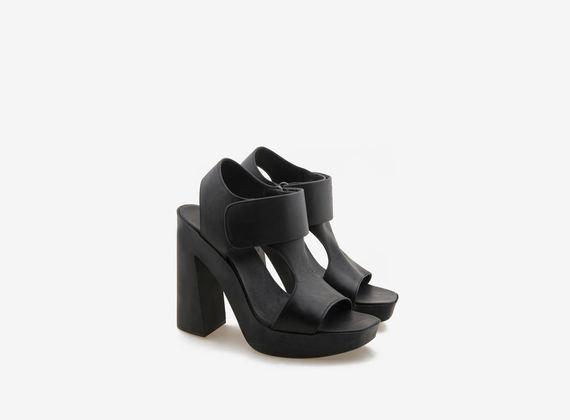 Sandalo in pelle nera con velcro su fondo gomma