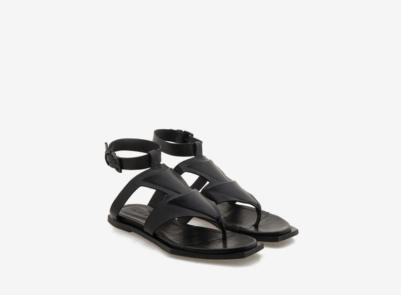 Geometrical sole and engraved relief sandal