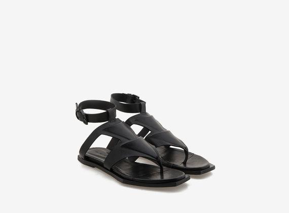 Sandale mit eckiger Sohle und Lederrelief