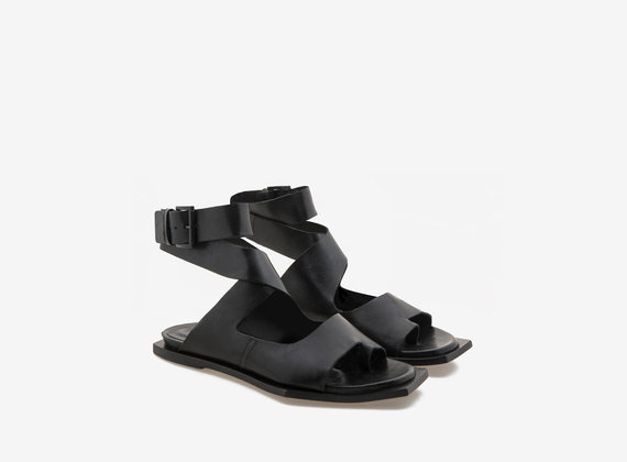 Sandal with geometrical sole and crossed fascias
