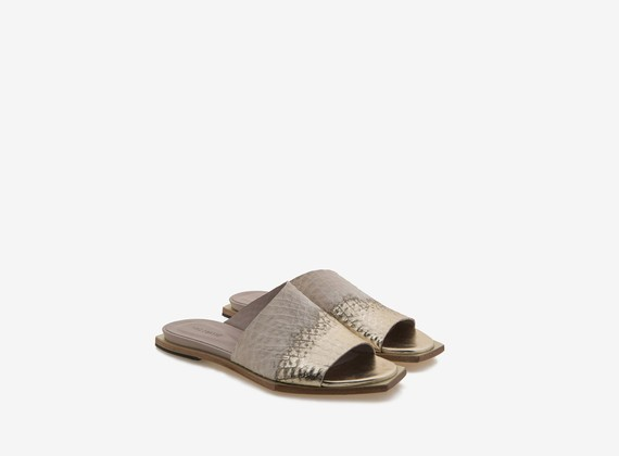 Asymmetrical slipper with metallic veneer
