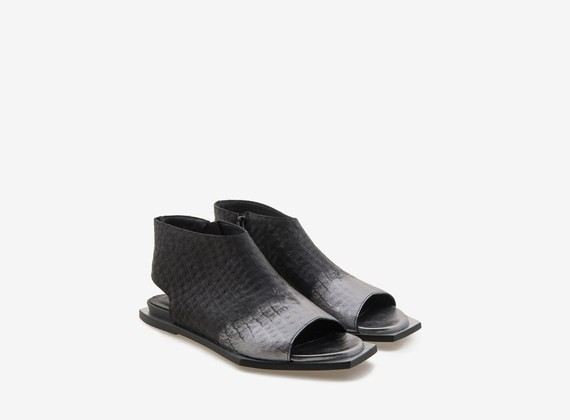 Sandal in tapped leather and metallic veneer