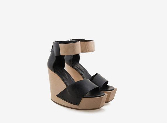 Sandales compensées en bois avec chevillère et bande asymétrique
