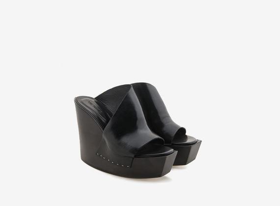 Chaussures à talon compensé avec tige sabot asymétrique