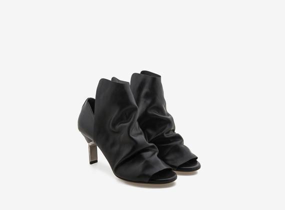 Peeptoe shoe with maxi flap and steel heel