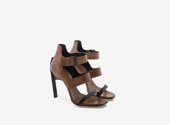 Sandalo tre fasce con tacco in acciaio