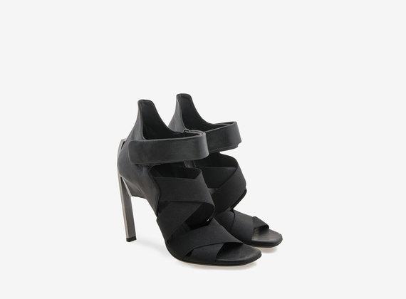 Sandalo con tacco in acciaio e fasce elastiche