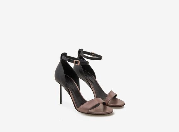 Sandalo con cinturino bicolore e tacco in acciaio