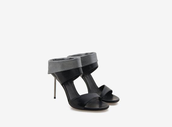 Sandalen mit Leder-Manschetten und Stiletto-Absatz aus Metall