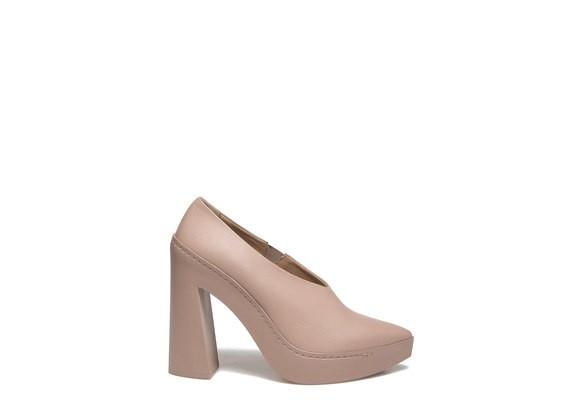 Powder decollété with flared rubber heel