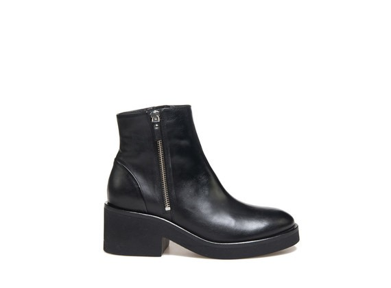 Black ankle boot with zip and a rubber sole