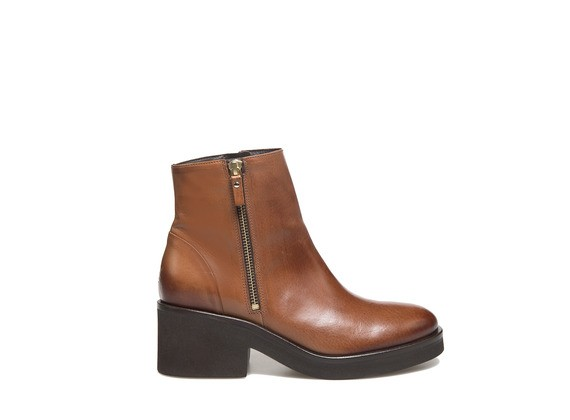 Ankle boot with zip and rubber sole