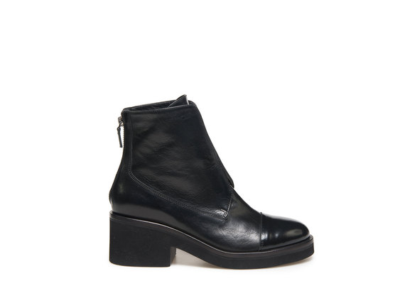 Low boot with elastic and rubber sole