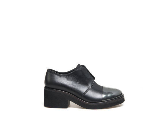 Derby with elastic detail and metallic toe