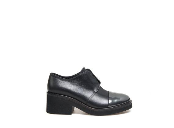 Derby-Schuhe mit elastischem Einsatz und Metallspitze - Schwarz / Metallic