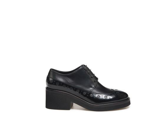 Schwarzer Derby-Schuh mit englischer Lochverzierung