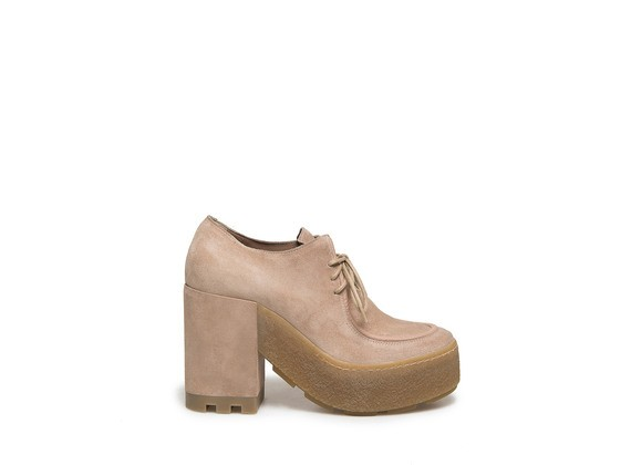 Schuh aus puderfarbenem Veloursleder mit Kreppsohle